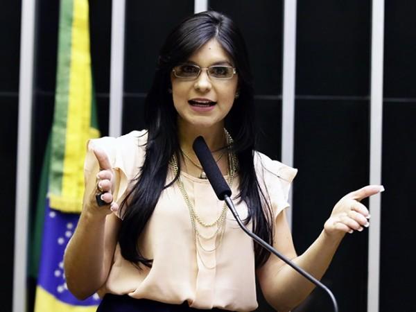 """Deputada """"fruta de época"""", Dayane Pimentel nega qualquer relação com o governo Colbert"""