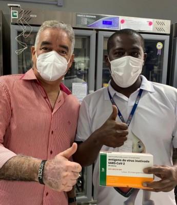 Foto de Zé Neto exibindo vacina contra covid-19 repercute mal; diretor da antiga Dires se pronuncia